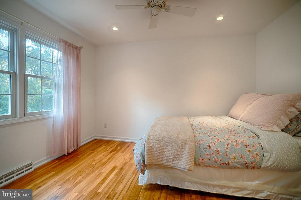 Lovely Bright 3rd Bd w/ Fabulous Closet System! - 6018 WATERBURY CT, SPRINGFIELD