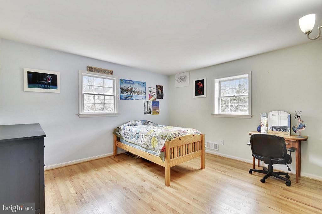 Bed 1 -, 3rd wall blackboard  for art - spacious - 2610 MARCEY RD, ARLINGTON