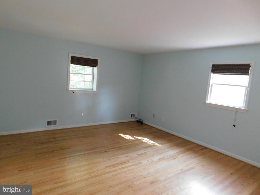 H/w floors, updated bath, lots of light - 2610 MARCEY RD, ARLINGTON