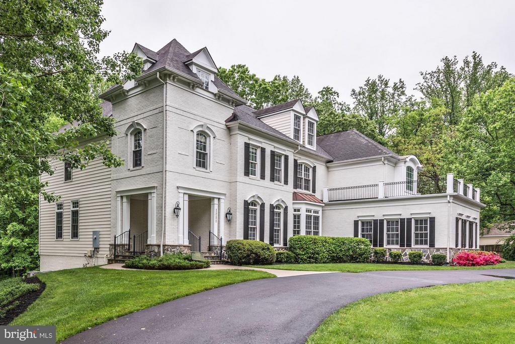 Beautifully Landscaped grounds. - 1211 RESTON AVE, HERNDON