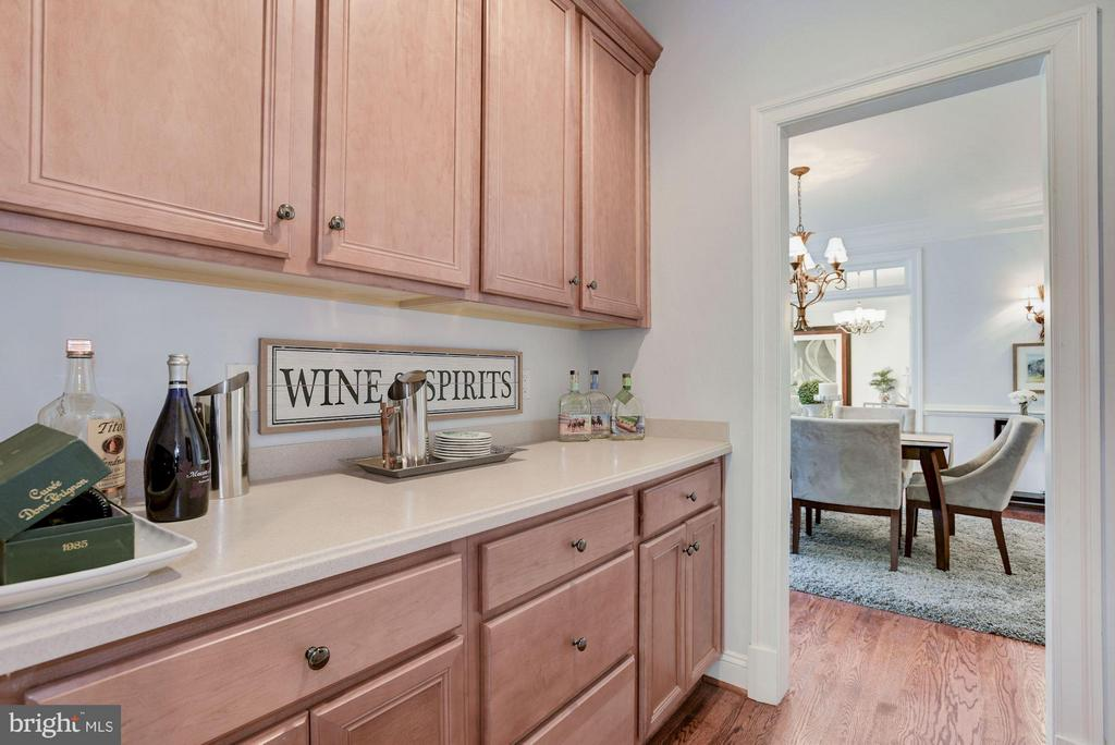 Butlers Pantry great for entertaining - 1211 RESTON AVE, HERNDON