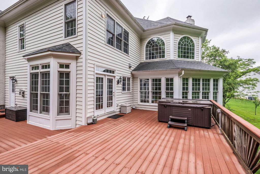 2-tiered Deck great for entertaining! - 1211 RESTON AVE, HERNDON
