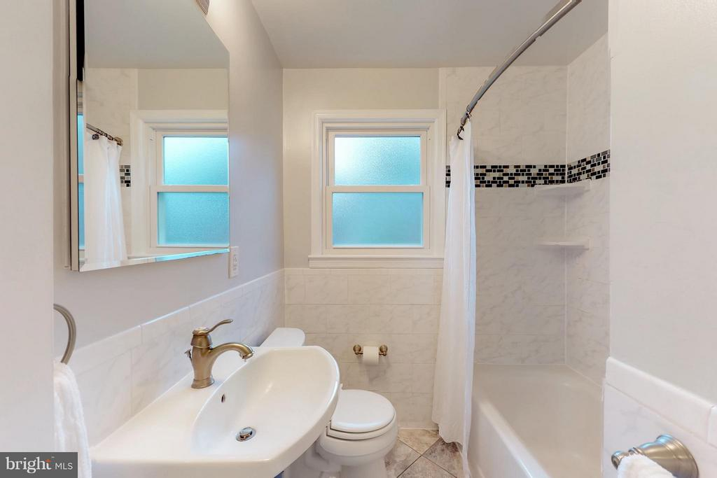 Updated full bath on main level w/shower/tub - 3033 CRANE DR, FALLS CHURCH