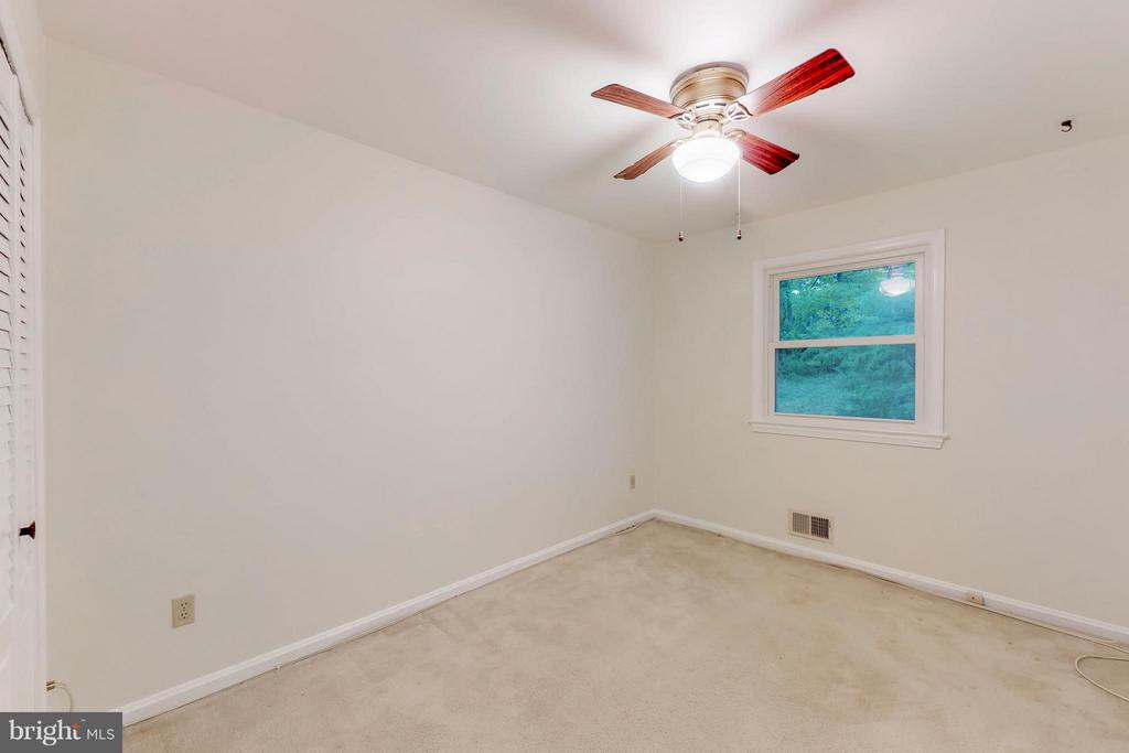 Guest bedroom with fan - 3033 CRANE DR, FALLS CHURCH