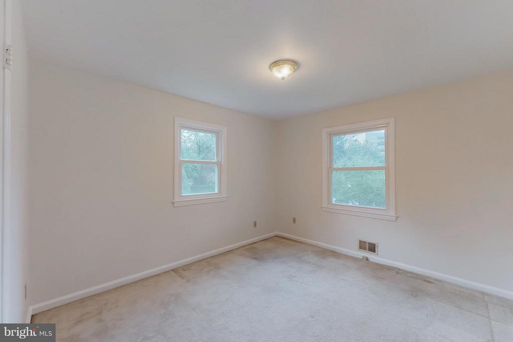 Master bedroom with 2 windows - 3033 CRANE DR, FALLS CHURCH