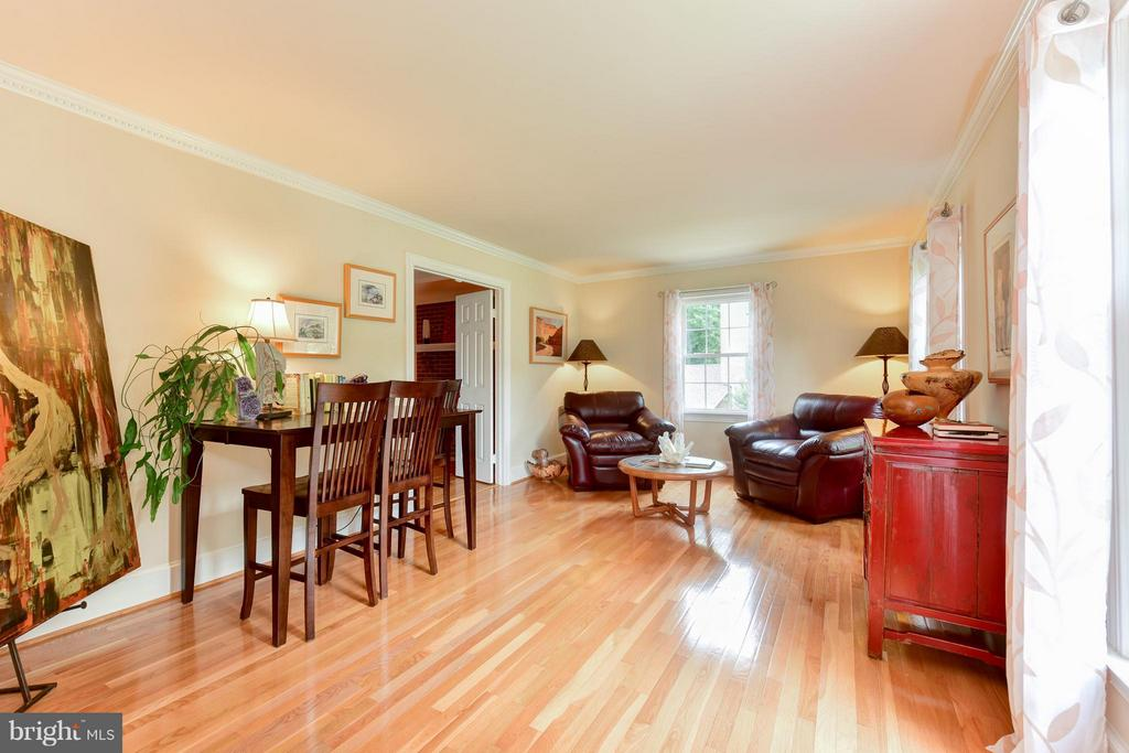 Expansive and bright living room - 9350 MOUNT VERNON CIR, ALEXANDRIA