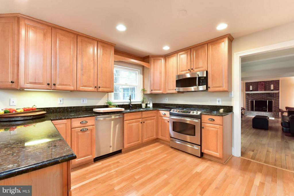 Granite Counters and breakfast bar - 9350 MOUNT VERNON CIR, ALEXANDRIA