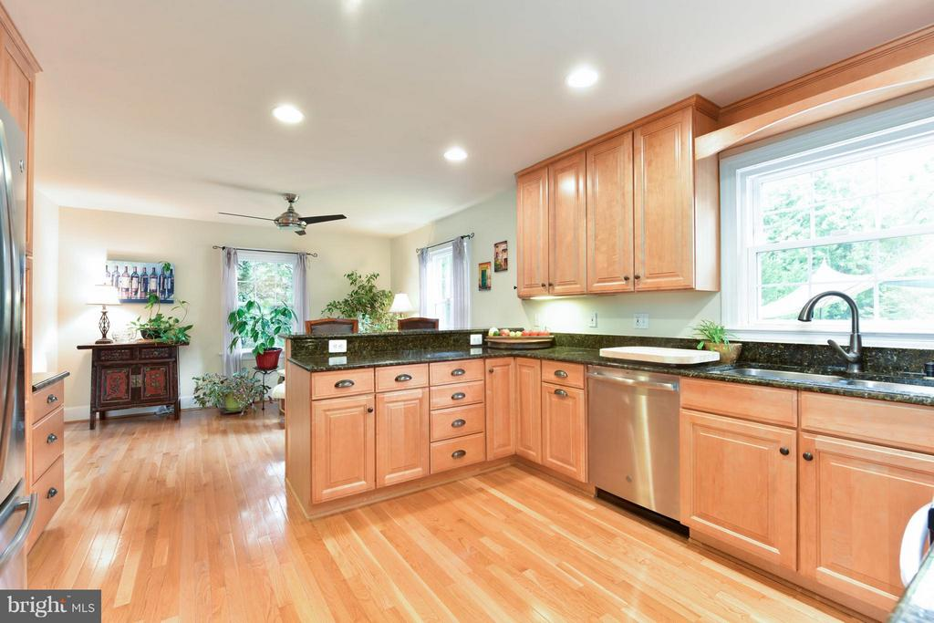 Hardwood Cabinets and gleaming floors - 9350 MOUNT VERNON CIR, ALEXANDRIA