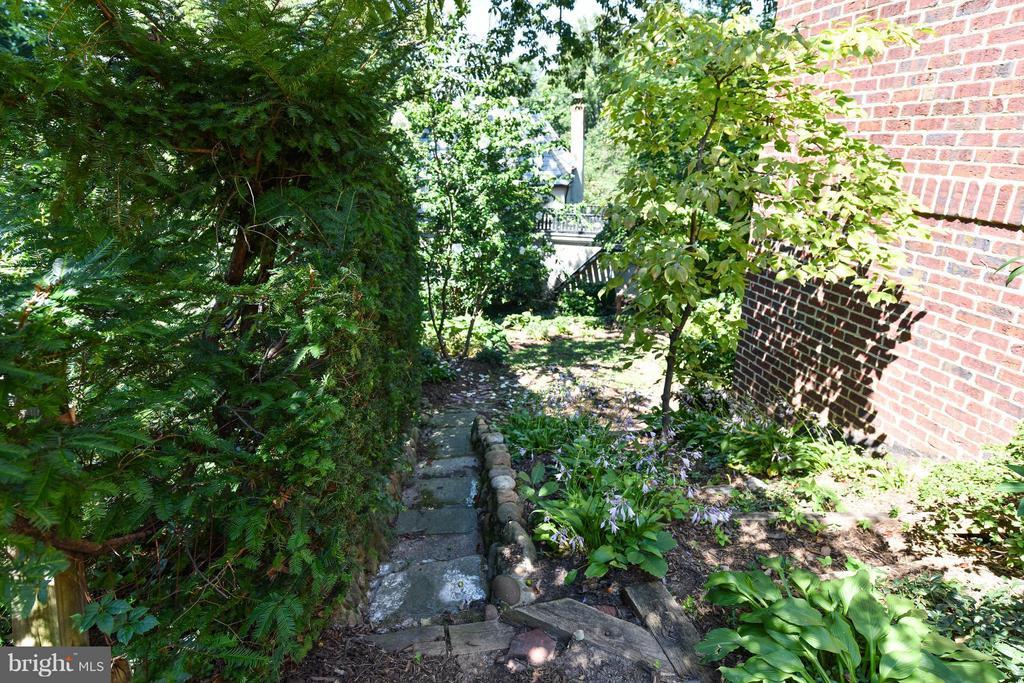 Side Garden Path - 6040 EDGEWOOD TER, ALEXANDRIA