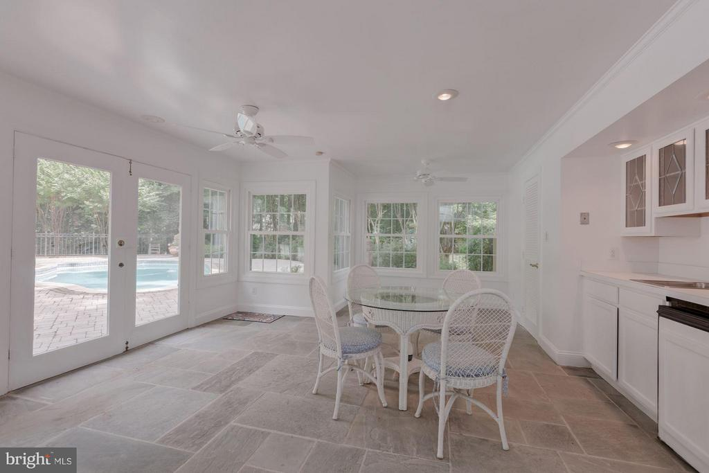 Pool House w/ FB, Kitchenette, and Changing Room - 1125 BROOK VALLEY LN, MCLEAN
