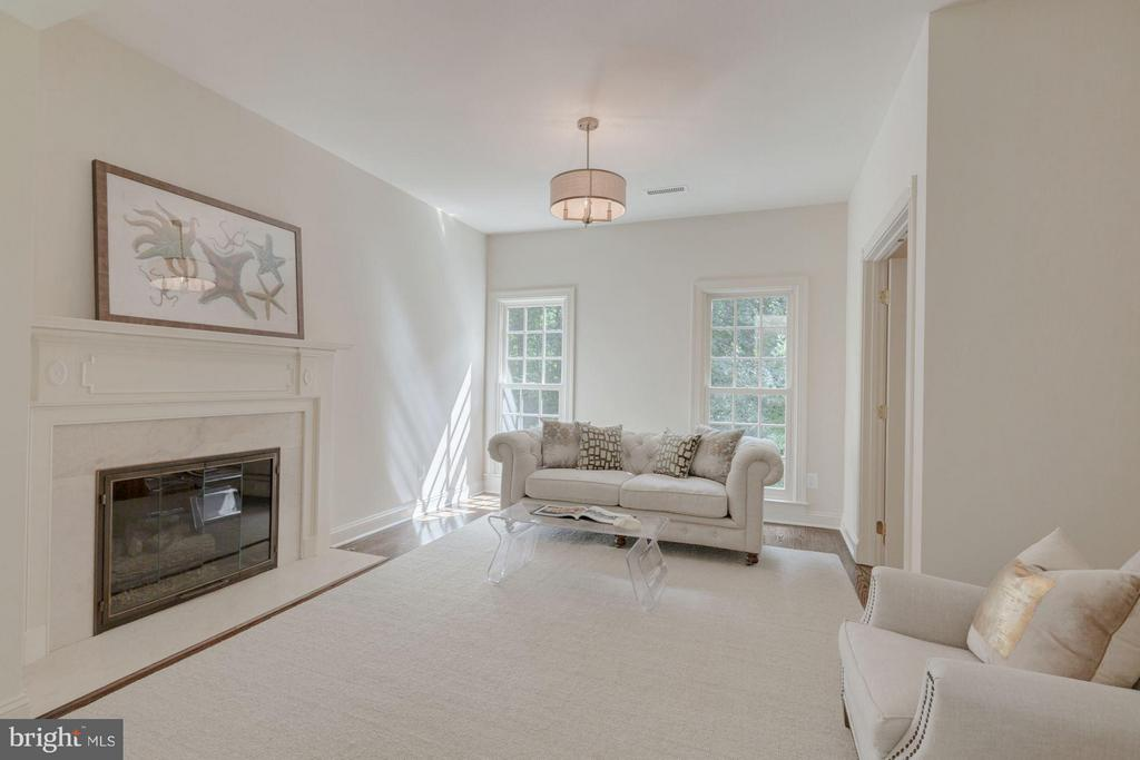 Cozy Master Sitting Room with Gas Fireplace - 1125 BROOK VALLEY LN, MCLEAN