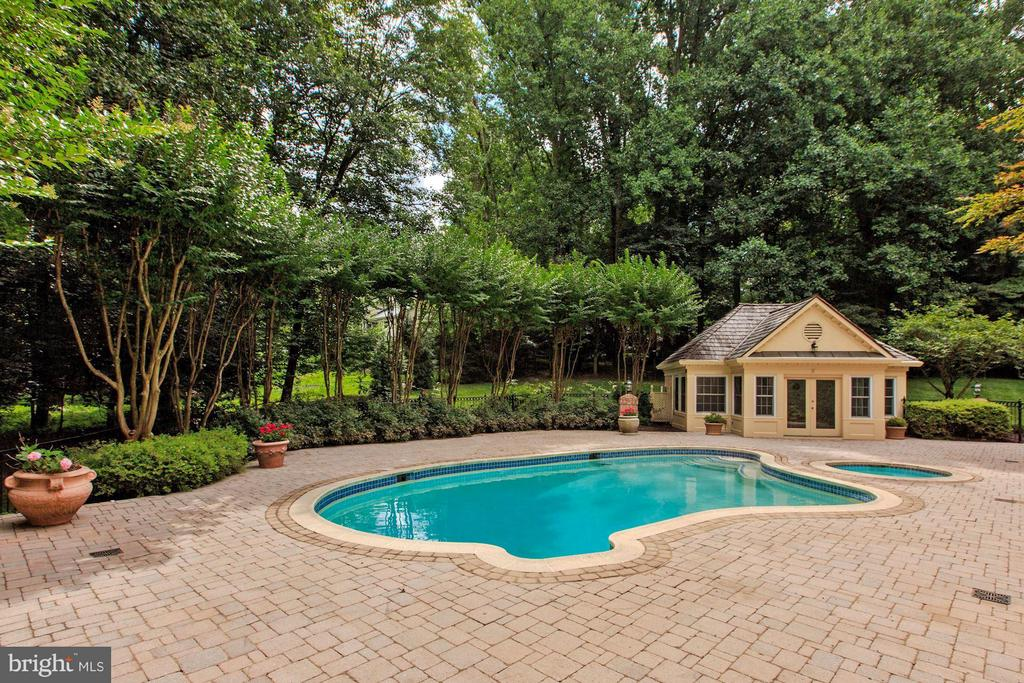 Lovely Pool and Pool House - 1125 BROOK VALLEY LN, MCLEAN