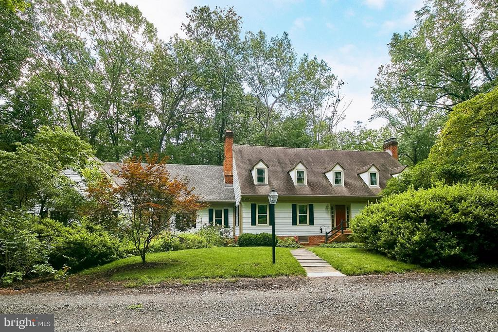 Tucked away and surrounded by lush greenery - 10810 HUNTER STATION RD, VIENNA