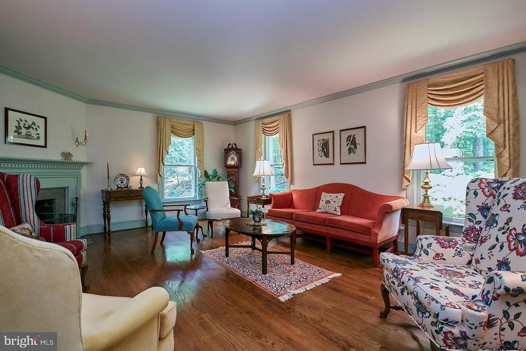 Great room feat stunning wood fireplace w/ mantel - 10810 HUNTER STATION RD, VIENNA