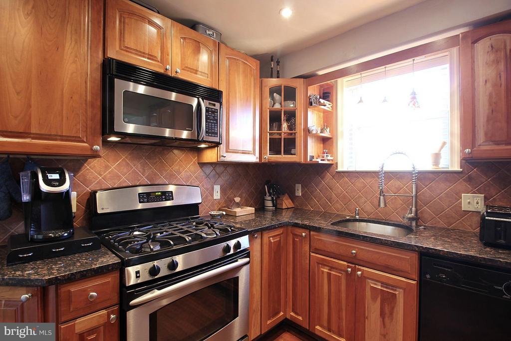 Built-in microwave and granite counter tops! - 200 N CLEVELAND ST, ARLINGTON