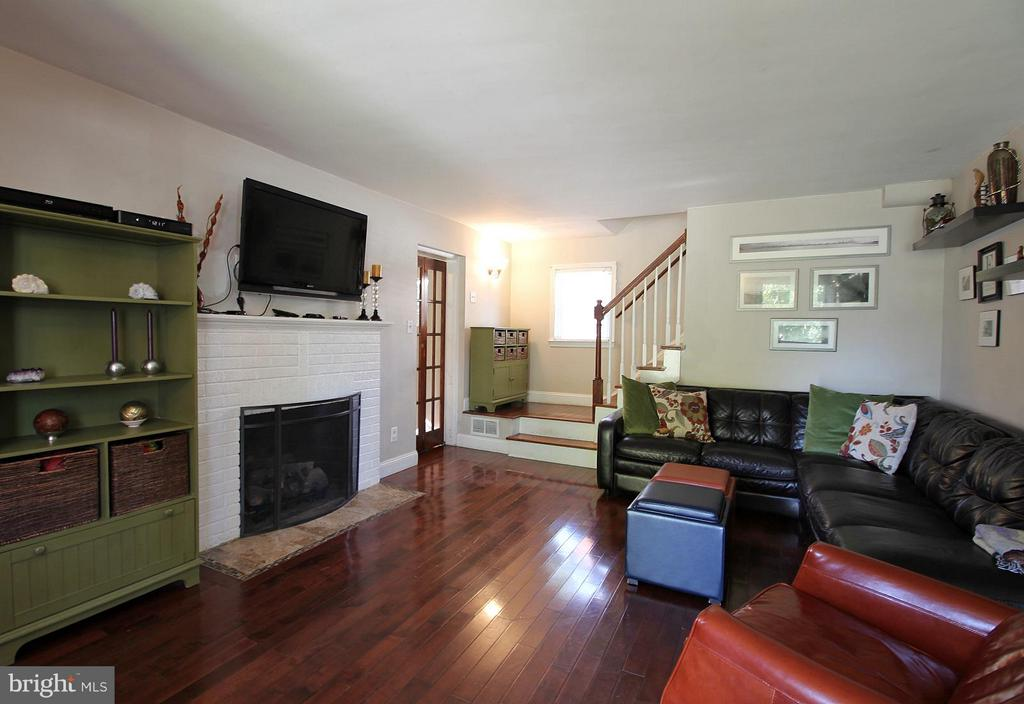 Hardwood floors and wood fireplace! - 200 N CLEVELAND ST, ARLINGTON
