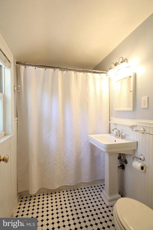 Shared UL bath with Jacuzzi Tub! - 200 N CLEVELAND ST, ARLINGTON