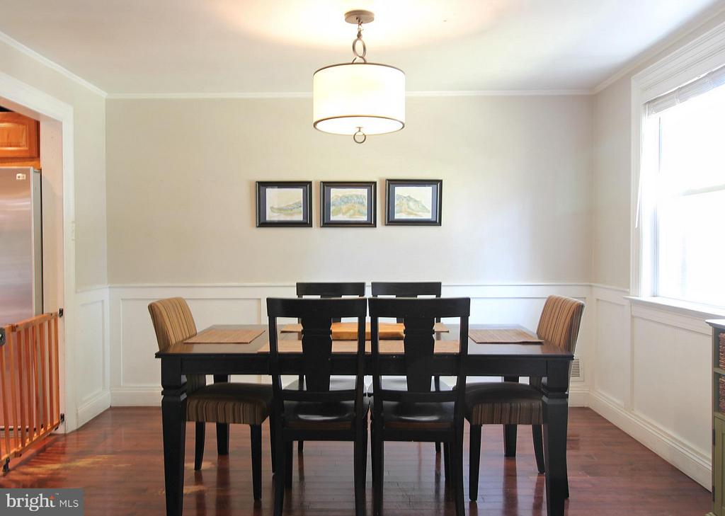 Wainscoting and chandelier! - 200 N CLEVELAND ST, ARLINGTON