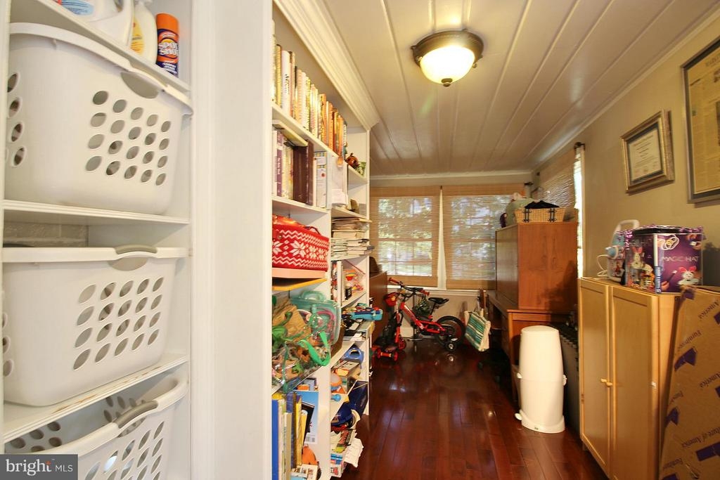 ML room with laundry perfect for office/gym! - 200 N CLEVELAND ST, ARLINGTON