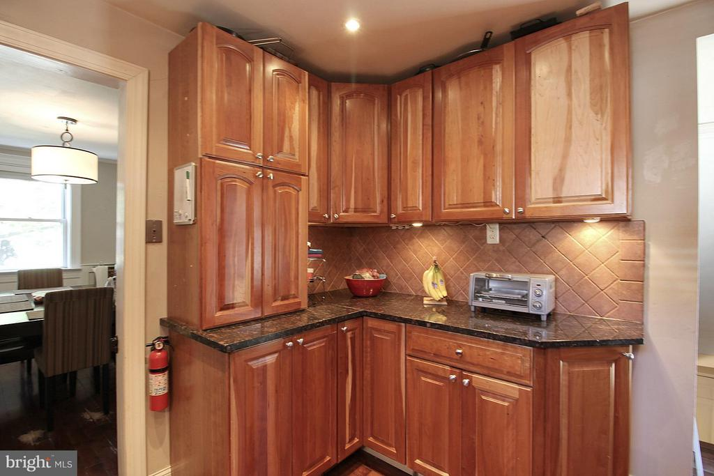 Rich cherry cabinets! - 200 N CLEVELAND ST, ARLINGTON