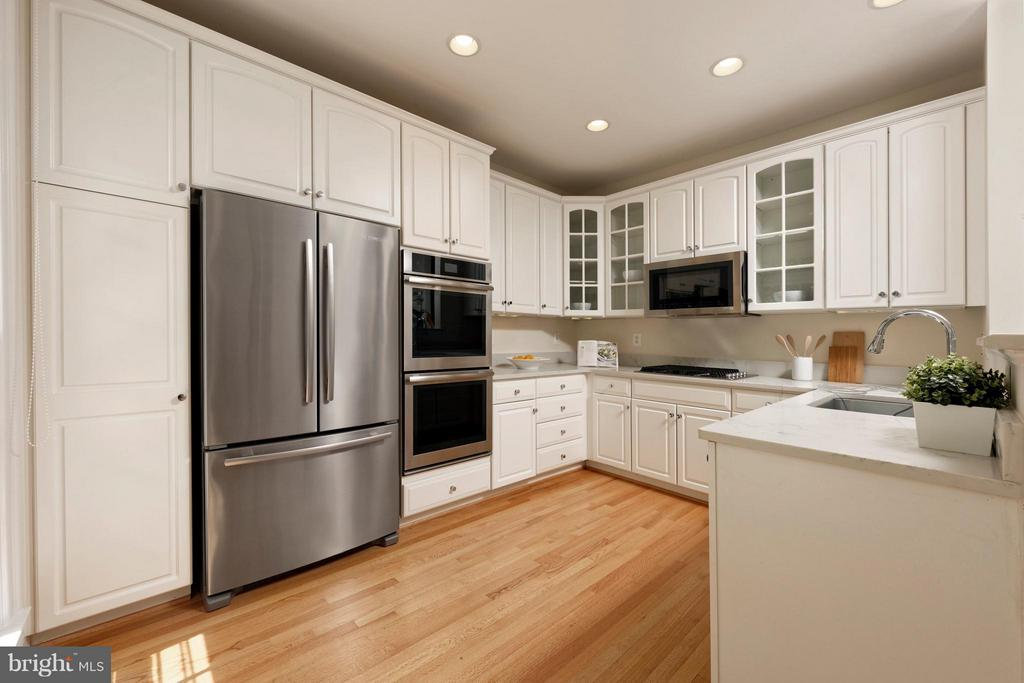 Sparkling, renovated kitchen with SS appliances - 36 ALEXANDER ST, ALEXANDRIA