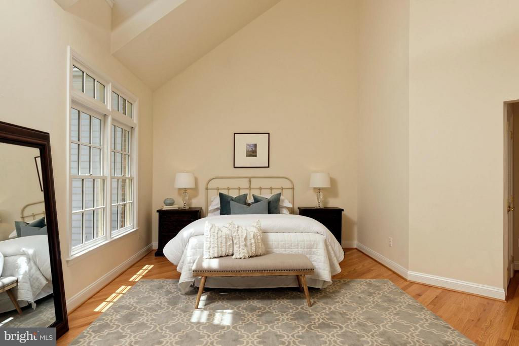 Luxurious master suite with vaulted ceilings - 36 ALEXANDER ST, ALEXANDRIA