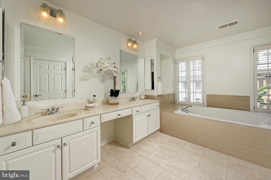 Updated master ensuite bathroom w/double vanities - 36 ALEXANDER ST, ALEXANDRIA