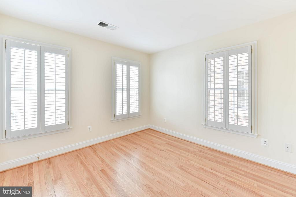 A charming bedroom with three large windows - 36 ALEXANDER ST, ALEXANDRIA