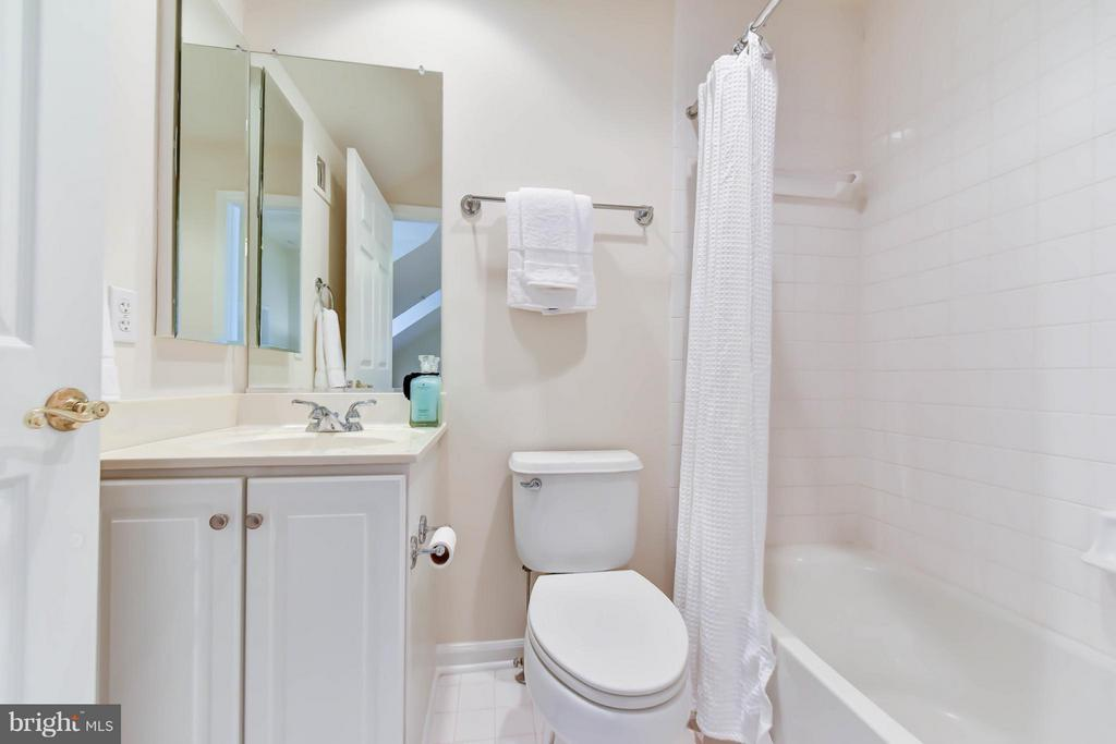 An all white ensuite bathroom on the upper level - 36 ALEXANDER ST, ALEXANDRIA
