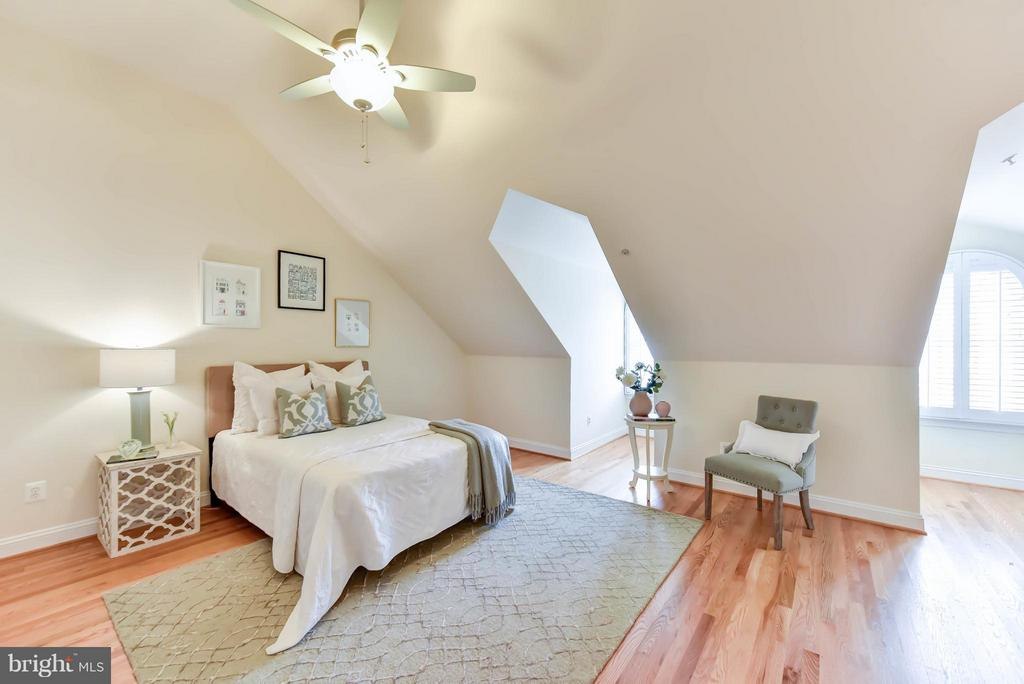 Tall vaulted ceilings add charm to the 3rd bedroom - 36 ALEXANDER ST, ALEXANDRIA