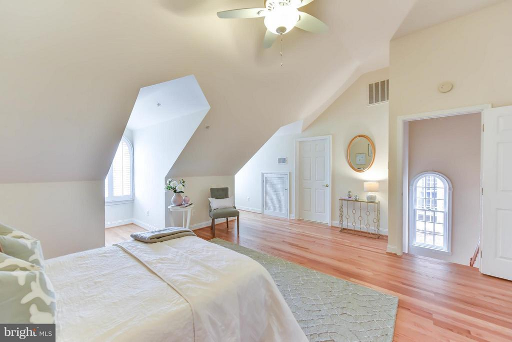 A gracious upper level bedroom with ensuite bath - 36 ALEXANDER ST, ALEXANDRIA