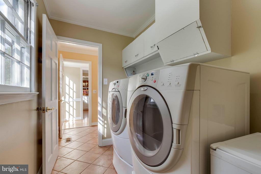 A laundry room w a shoot from the master bedroom! - 1708 JUMPER CT, VIENNA