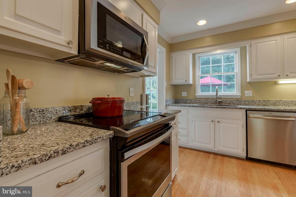 Ample countertop space and awesome new appliances! - 1708 JUMPER CT, VIENNA