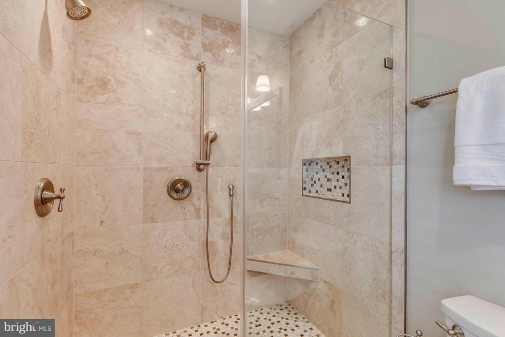 Remodeled shower with bench! - 1708 JUMPER CT, VIENNA