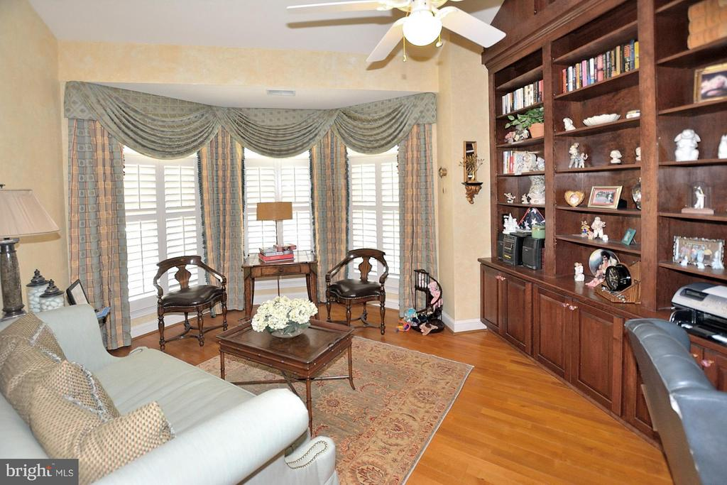 Home library with floor to ceiling custom shelving - 3809 MILLCREEK DR, ANNANDALE