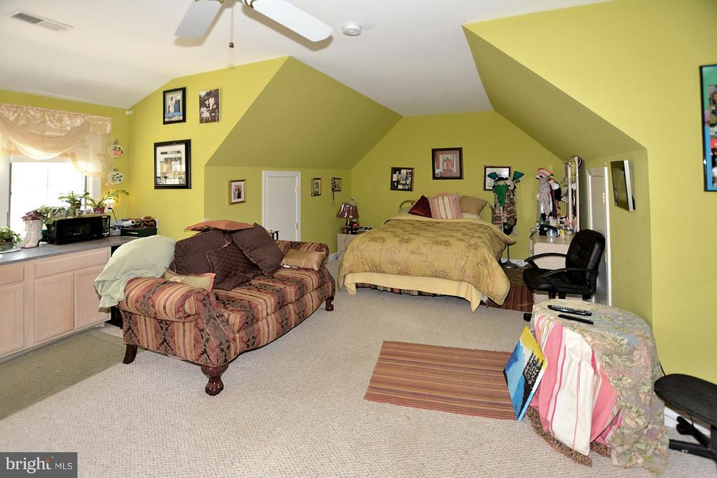 Over-the-garage apartment with en suite bath - 3809 MILLCREEK DR, ANNANDALE