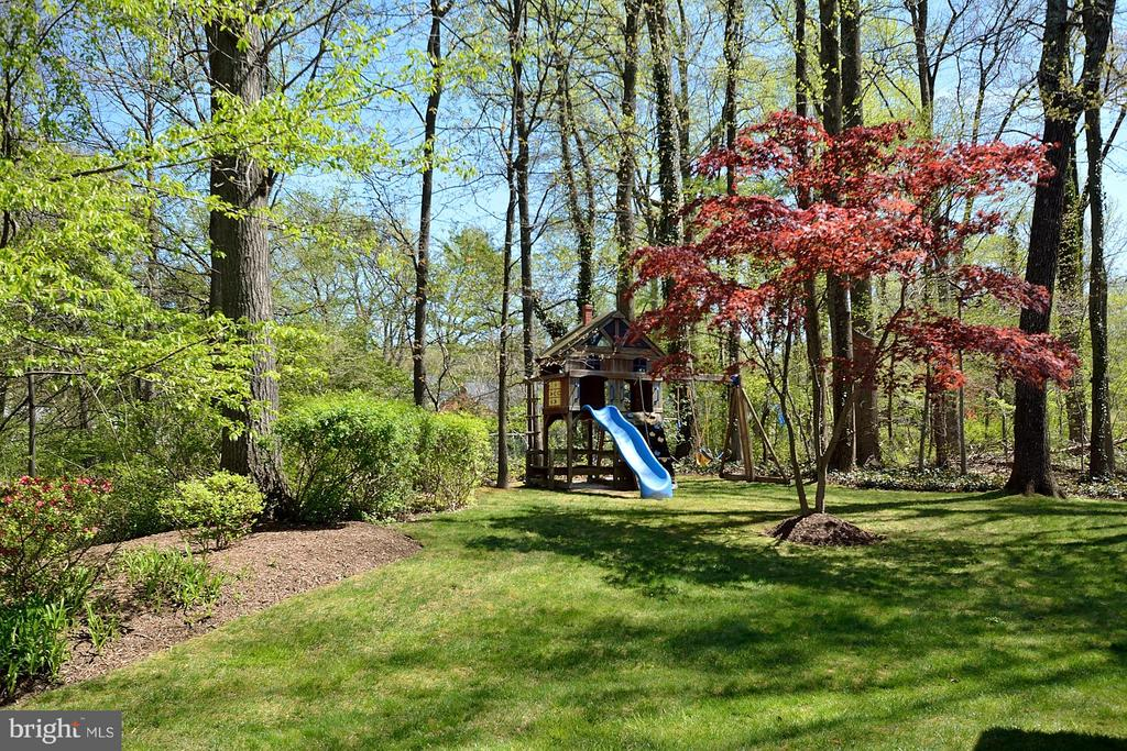 Private, enclosed yard with play tower - 3809 MILLCREEK DR, ANNANDALE