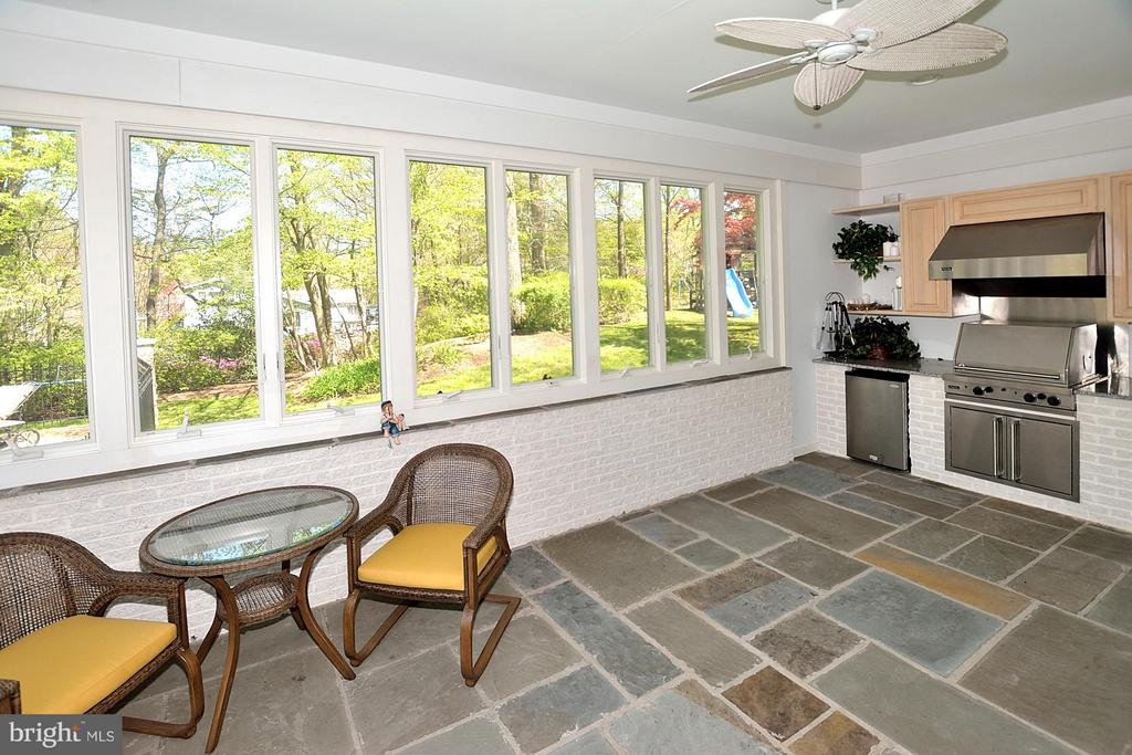 Enclosed grilling patio adjacent to family room - 3809 MILLCREEK DR, ANNANDALE