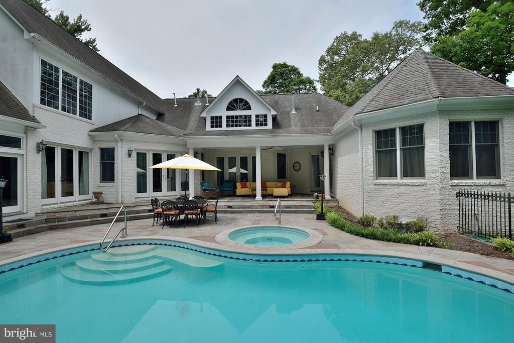 Heatred pool and spa - 3809 MILLCREEK DR, ANNANDALE