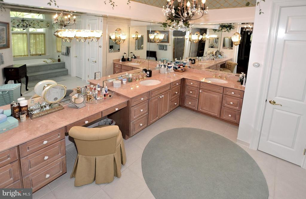 Double vanities. Lights & mirrors! - 3809 MILLCREEK DR, ANNANDALE