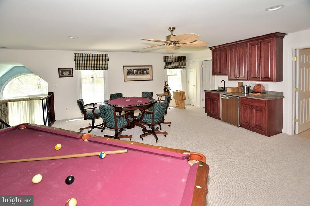 Loft area with built-in wet bar - 3809 MILLCREEK DR, ANNANDALE