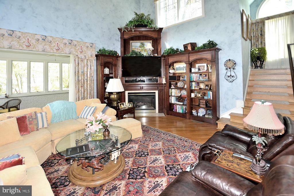 2 Story Family Room with custom built cabinetry - 3809 MILLCREEK DR, ANNANDALE