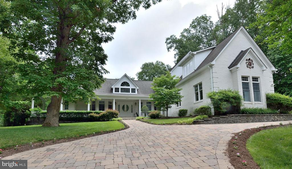 Impressive curb appeal! - 3809 MILLCREEK DR, ANNANDALE