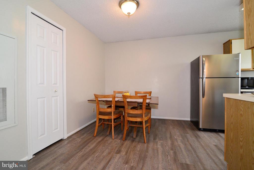 Kitchen/Dining Combonation with New Flooring! - 1119 HUNTMASTER TER NE #201, LEESBURG