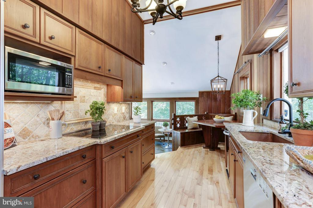Kitchen with breakfast nook opens to family room - 10626 BEACH MILL RD, GREAT FALLS