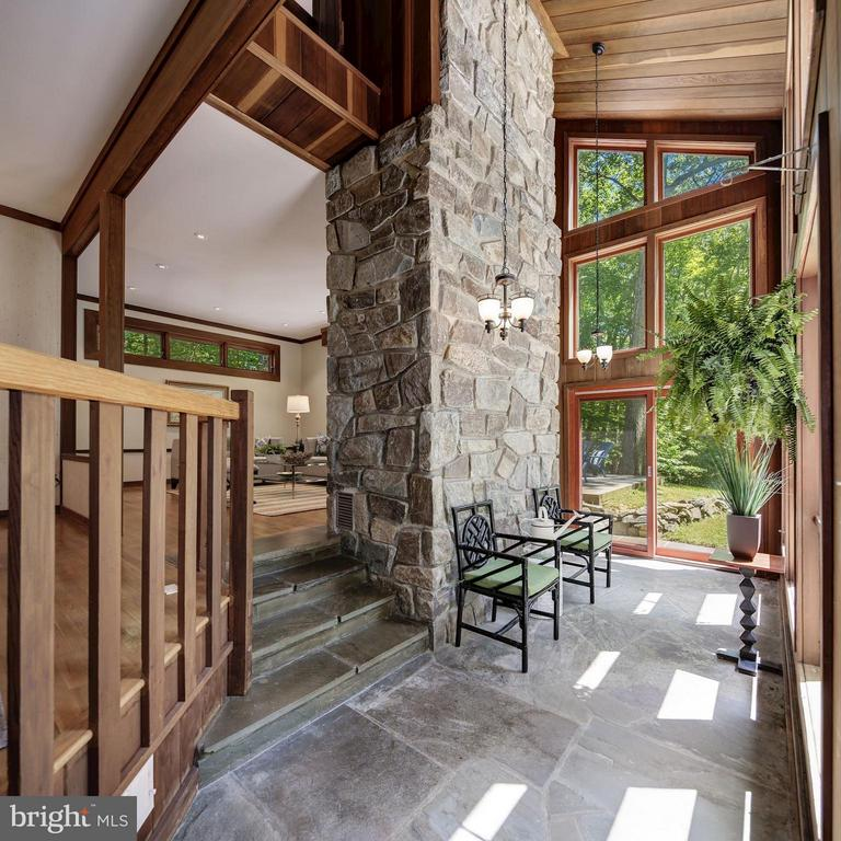 Soaring ceilings and windows - 10626 BEACH MILL RD, GREAT FALLS