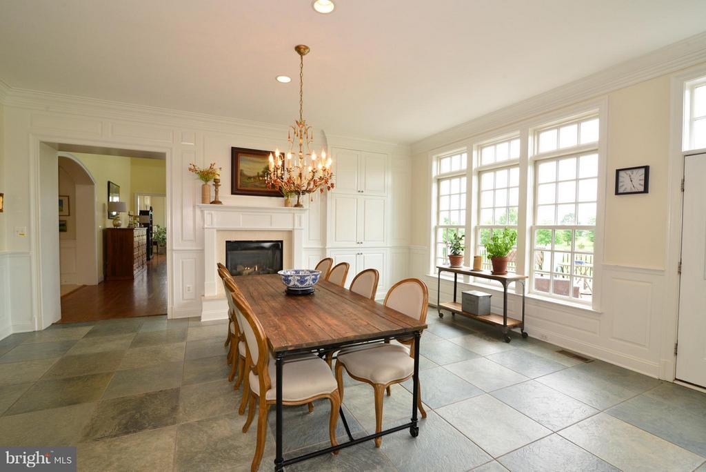 Large kitchen table in front of fireplace - 41738 PUTTERS GREEN CT, LEESBURG