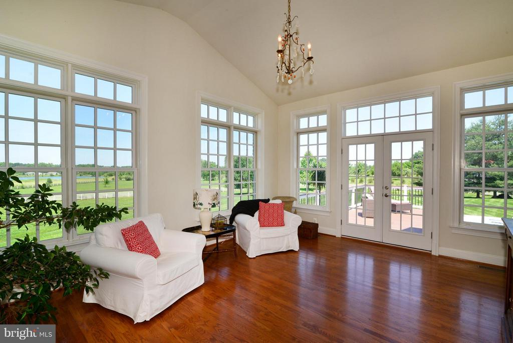Sun Room adjacent to family room - 41738 PUTTERS GREEN CT, LEESBURG