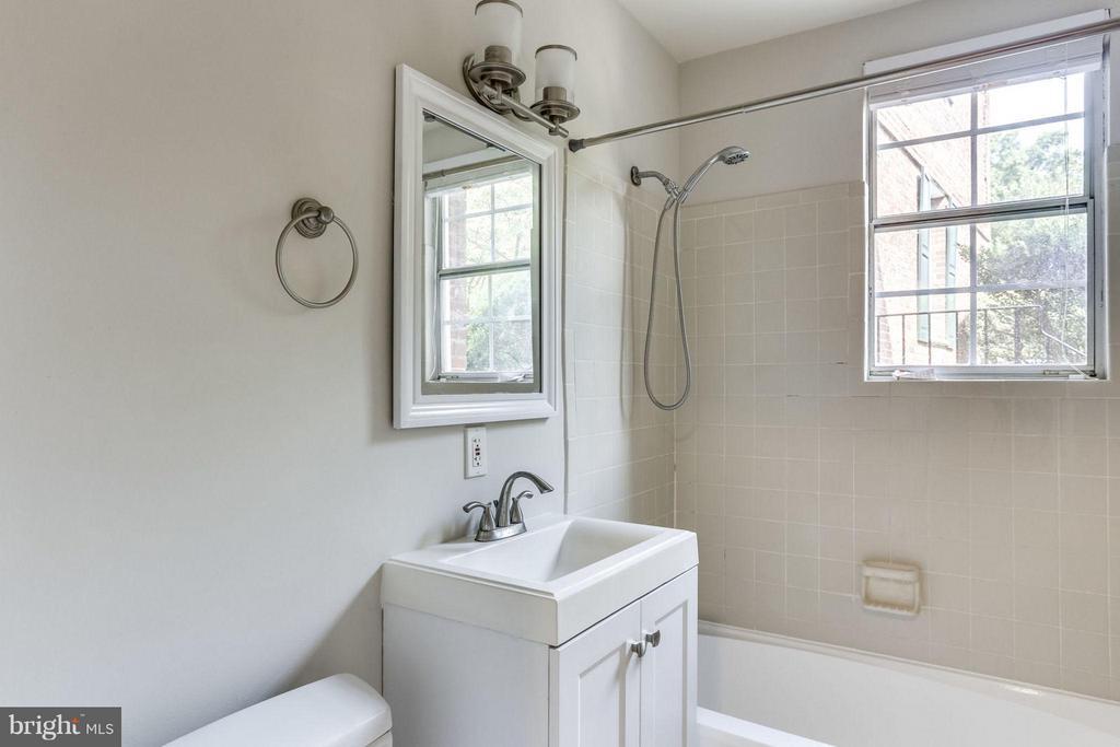 Bath - 1914 RHODES ST #54, ARLINGTON