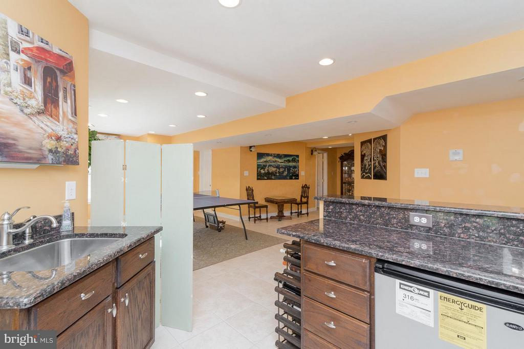 Basement features a kitchenette - 21 WENTWORTH DR, FREDERICKSBURG